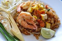 Riempia la tagliatella di riso fritto tailandese di scalpore con gamberetto e l'uovo sul piatto fotografia stock libera da diritti