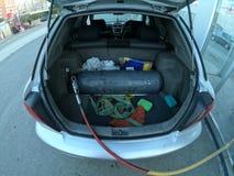 Riempiendo l'automobile di metano imbottigli il tronco fotografia stock libera da diritti