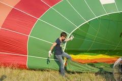 Riempiendo sull'aerostato di aria calda Immagini Stock