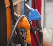 Riempimento dell'automobile con una pompa di gas Fotografia Stock