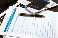 Riempimento della forma di reclamo di assicurazione di viaggio Fotografie Stock Libere da Diritti