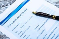 Riempimento della forma di reclamo di assicurazione di viaggio Immagine Stock Libera da Diritti