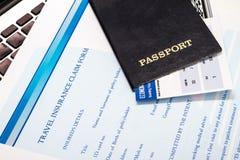 Riempimento della forma di reclamo di assicurazione di viaggio Immagini Stock