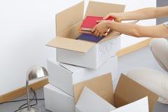 Riempimento delle scatole di cartone Fotografia Stock