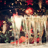 Riempire i vetri per il partito Vetri di champagne con Christma Immagine Stock