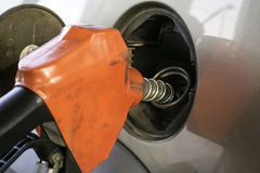Riempire il carro armato di gas di un'automobile immagine stock libera da diritti