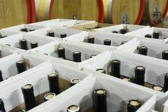 Riempito imbottiglia le scatole di cartone in cantina sotterranea Immagini Stock
