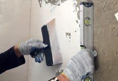 Riempitori trattati e livellare parete grigia concreta Fotografia Stock