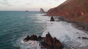 a?rien La meilleure vue de la côte du nord de l'île de Ténérife, la plage Benijo Vagues se brisant vers le bas sur d'isolement banque de vidéos