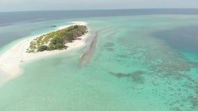 A?rien : vue tropicale d'atoll de r?cif coralien ci-dessus et bleu de l'eau de turquoise de lagune, Wakatobi Marine National Park clips vidéos