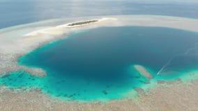 A?rien : vue tropicale d'atoll de r?cif coralien ci-dessus et bleu de l'eau de turquoise de lagune, Wakatobi Marine National Park banque de vidéos
