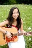 Riendo y tocando la guitarra Fotografía de archivo libre de regalías