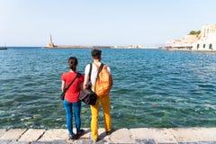 Riends идя вдоль набережной в старом городке Стоковые Изображения