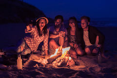 Riends se reposant sur le selfie de plage et de prise Images stock