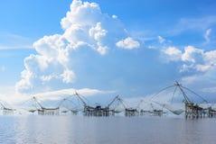 Riep het zuidelijke lokale de visserijhulpmiddel van Thailand ` Yor ` die in Thale Noi, Phatthalung, Thailand met mooie blauwe he Royalty-vrije Stock Afbeeldingen