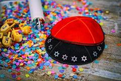 Riep Joodse Houten dreidel van Kippahsyarmulkes voor Chanoeka op Torah en een kippah ook een yamolka Stock Foto
