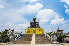 Riese Buddha, der mit Hintergrund des blauen Himmels sitzt Lizenzfreie Stockfotos