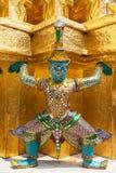 Riese Buddha im großartigen Palast Stockbild