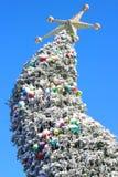 Riese gebogener Weihnachtsbaum mit goldenem Stern Stockfoto