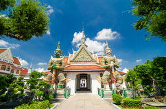 Riese mit zwei Statuen an den Kirchen Wat Arun, Bankok Thailand Lizenzfreie Stockbilder