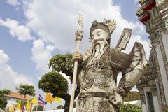 Riese an Wat Pho-Tempel lizenzfreie stockfotografie