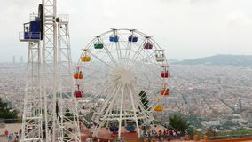 Riesenrad über Barcelona auf die Tibidabo-Gebirgsoberseite stock video footage