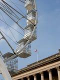Riesenrad außerhalb Sheffield City Halls lizenzfreie stockfotos