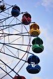 Riesenrad auf dem Hintergrund des blauen Himmels Stockbilder