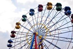 Riesenrad auf dem Hintergrund des blauen Himmels Stockfotos