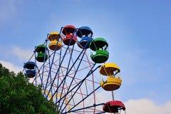 Riesenrad auf dem Hintergrund des blauen Himmels Lizenzfreie Stockfotografie