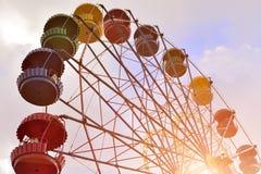 Riesenrad auf dem Hintergrund des blauen Himmels Lizenzfreies Stockbild