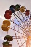 Riesenrad auf dem Hintergrund des blauen Himmels Stockfotografie