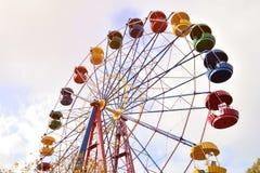Riesenrad auf dem Hintergrund des blauen Himmels Lizenzfreie Stockfotos