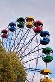 Riesenrad auf dem Hintergrund des blauen Himmels Lizenzfreies Stockfoto