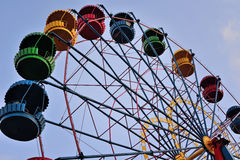 Riesenrad auf dem Hintergrund des blauen Himmels Stockfoto
