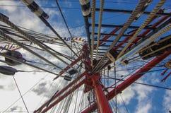 Riesenrad auf Hintergrund des blauen Himmels stockfotos