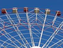 Riesenrad auf klarem blauem Himmel Stockfotografie