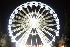Riesenrad, das nachts sich bewegt Heller und futuristischer unscharfer Hintergrund stockbilder