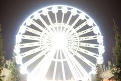 Riesenrad, das nachts sich bewegt Heller und futuristischer unscharfer Hintergrund lizenzfreies stockbild