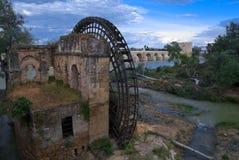 Riesenrad des arabischen Ursprung im Guadalquivir-Fluss stockbild