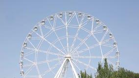 Riesenrad die Anziehungskraft im Stadtpark stock video footage