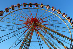 Riesenrad an einem sonnigen Tag Stockfotos