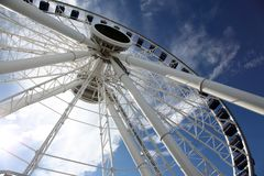 Riesenrad gegen blauen Himmel stockfotos