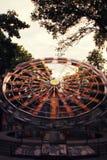 Riesenrad getont in der Weinleseart stockbilder