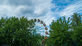 Riesenrad herein den Sommer in einem Ferienpark stock video footage
