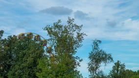 Riesenrad herein den Sommer in einem Ferienpark stock video
