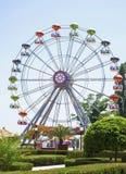 Riesenrad herein eine Spaßmesse Lizenzfreie Stockfotos