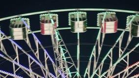 Riesenrad herein einen Vergnügungspark nachts stock video