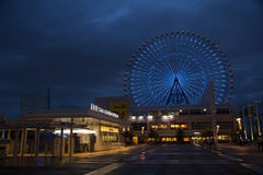 Riesenrad herein Osaka Stockfotografie