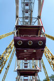 Riesenrad-Kabinennahaufnahme gegen blauen Himmel Stockfotografie